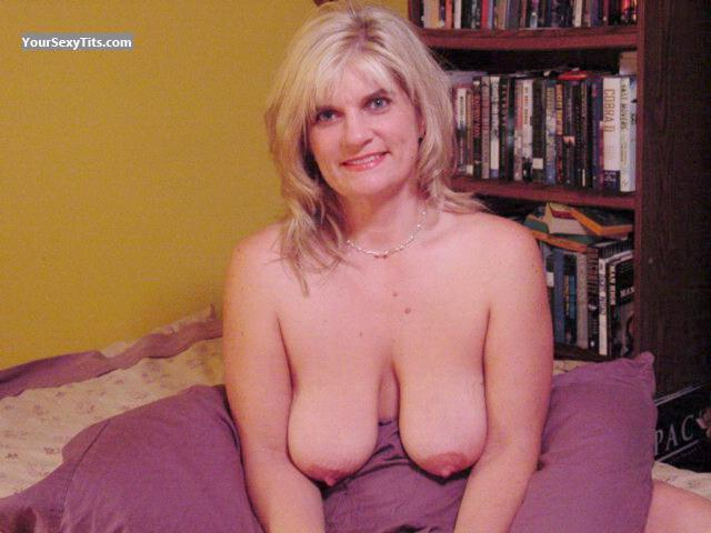 Tit Flash: Big Tits - Topless Lisa from United States