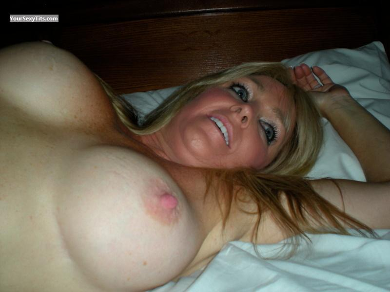Tit Flash: Big Tits - Topless Thotchick from United States
