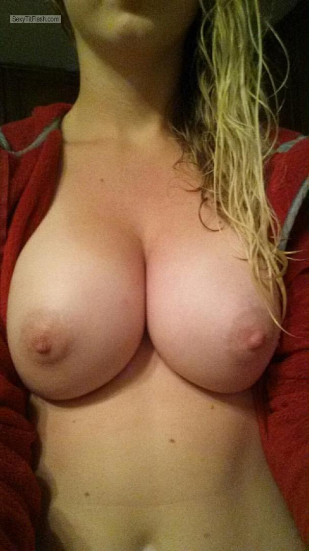 Tit Flash: Wife's Big Tits - Hot Wife from United Kingdom