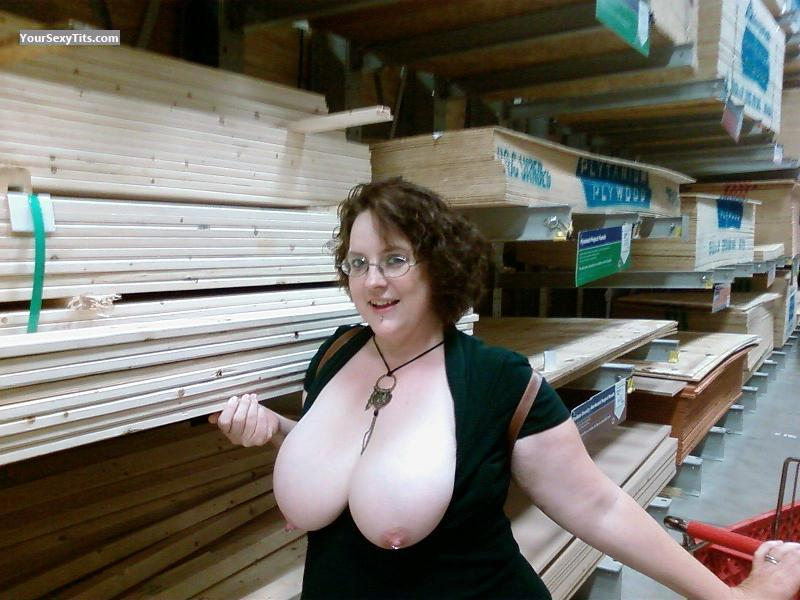 Extremely big Tits Topless PeachesnCream