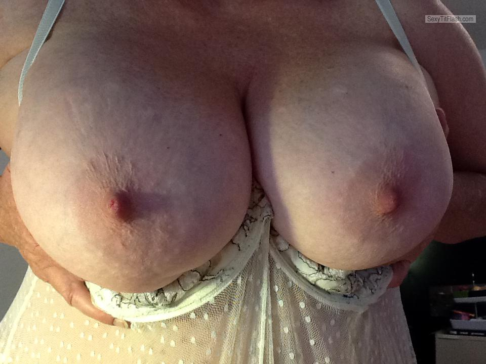 Tit Flash: Wife's Big Tits - Risky Wife from United States