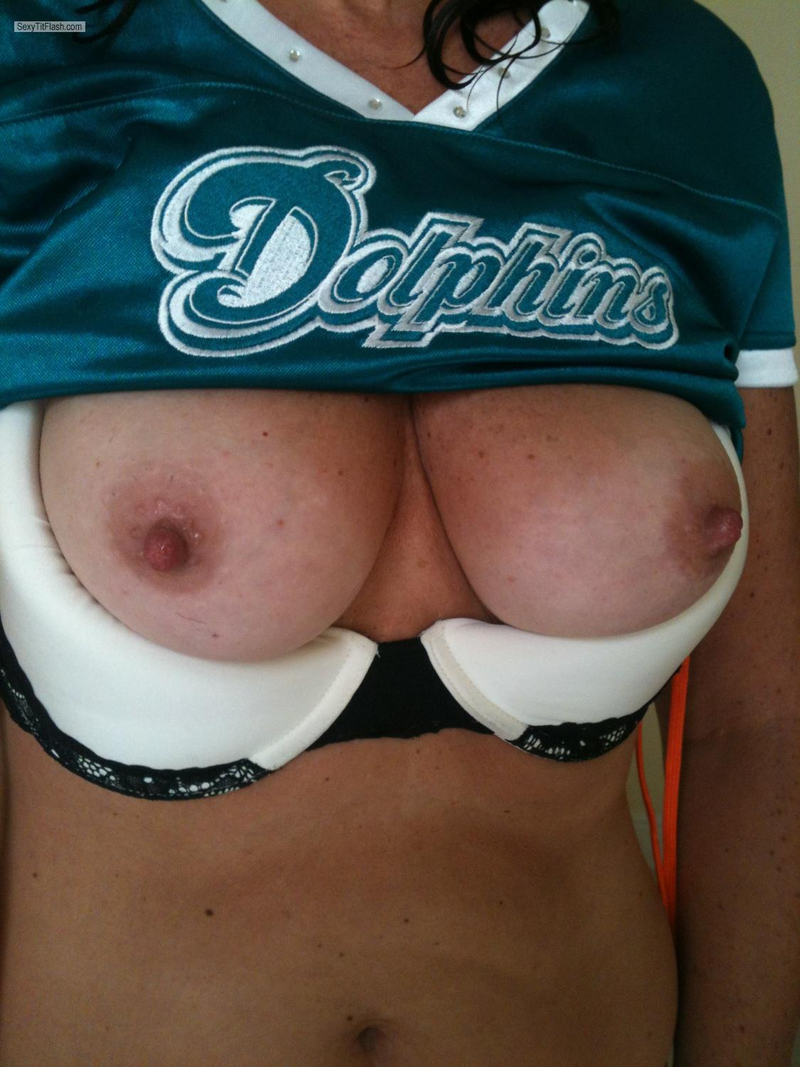 Tit Flash: Medium Tits By IPhone - Deelicious from United States