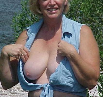 Tit Flash: Wife's Big Tits - Roseanne from United States
