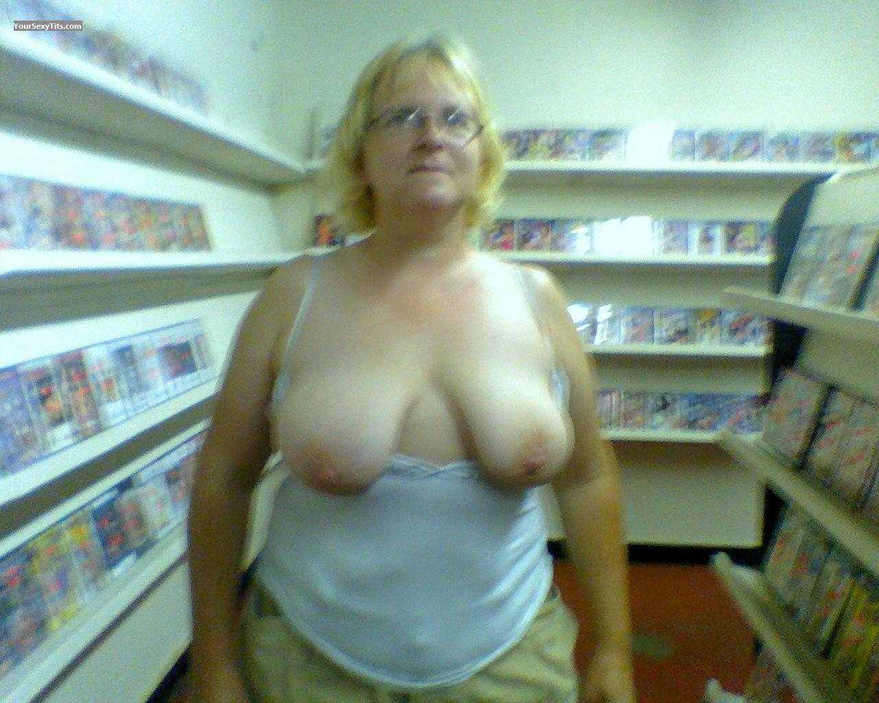 Tit Flash: Medium Tits - Topless Saggysaggy from United States