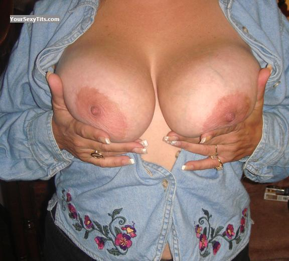 Tit Flash: Very Big Tits - Dana from United States